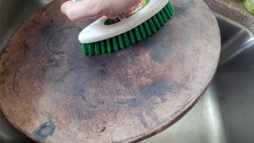 Cleaning a pizza stone